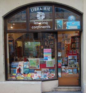 Vitrine de la librairie « Les Cinq Continents » à Montpellier